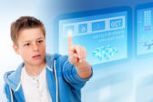 Jonge student met virtuele futuristische interface. — Stockfoto