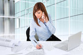 Vrouwelijke architect werken bij receptie. — Stockfoto