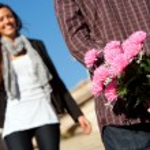 花を持つ少年意外なガール フレンド — ストック写真