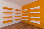 Półki z pusty pokój pomarańczowy — Zdjęcie stockowe
