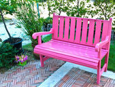 Pink bench in garden — Stockfoto