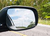 車のミラーの空 — ストック写真