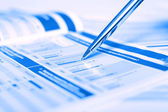 Diagrama mostrando la pluma en las revistas financieras — Foto de Stock