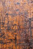 Brun väderbitna timmer vägg med regndroppar — Stockfoto