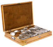 Vintage spoons, forks and knifes in a wooden case isolated — Stock Photo