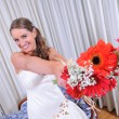 Happy bride with her ​​bouquet — Stock Photo