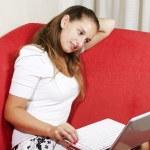 Женщина, используя свой ноутбук — Стоковое фото