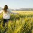 Woman in a cornfield — Stockfoto