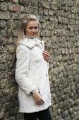 白い毛皮のコートで若い女性を混乱させる — ストック写真