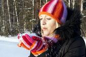 девушка зимой дует снег — Стоковое фото