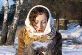 A garota no inverno na natureza mantém a neve nas mãos de — Foto Stock