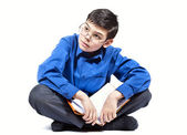 Chłopiec siedzi i czyta książkę — Zdjęcie stockowe