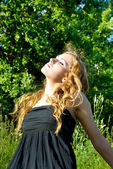 A beautiful girl on the nature of the warms in the sun — Stock Photo