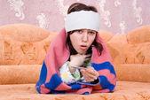 Dziewczyna spadła chory i na kanapie — Zdjęcie stockowe
