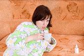 La ragazza si ammalò e beve tè — Foto Stock