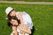 La madre juega con su hija, en la naturaleza — Foto de Stock
