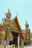 Dos gigantes en el wat phra kaeo, bangkok — Foto de Stock