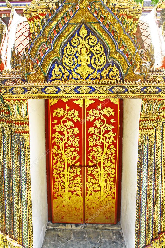 Thai art is primarily composed of ancient Thai Buddhist Temple. — Stock Photo #10716274