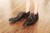Bambin portant des chaussures adultes — Photo