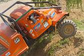 困難な地形でオレンジ色のトラック. — ストック写真