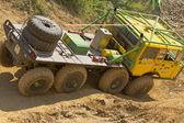 Camion giallo in terreni difficili — Foto Stock