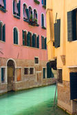 View of Canal in Venice with pink and yellow house — Stock Photo