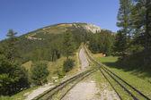Blick auf die Berge mit der Zahnradbahn (Schneeberg, Österreich) — Stockfoto
