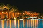 Lado de la piscina de noche del resort — Foto de Stock