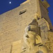 Night view of the statue of Ramses II. (Luxor, Egypt) — Stock Photo