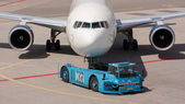 Delta Boeing 737 is pulled by a special tow car — Stock Photo