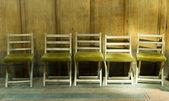 Zeile der sehr alte Stühle — Stockfoto