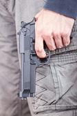 銃に焦点を当てるカジュアルな服銃を持つ男 — ストック写真