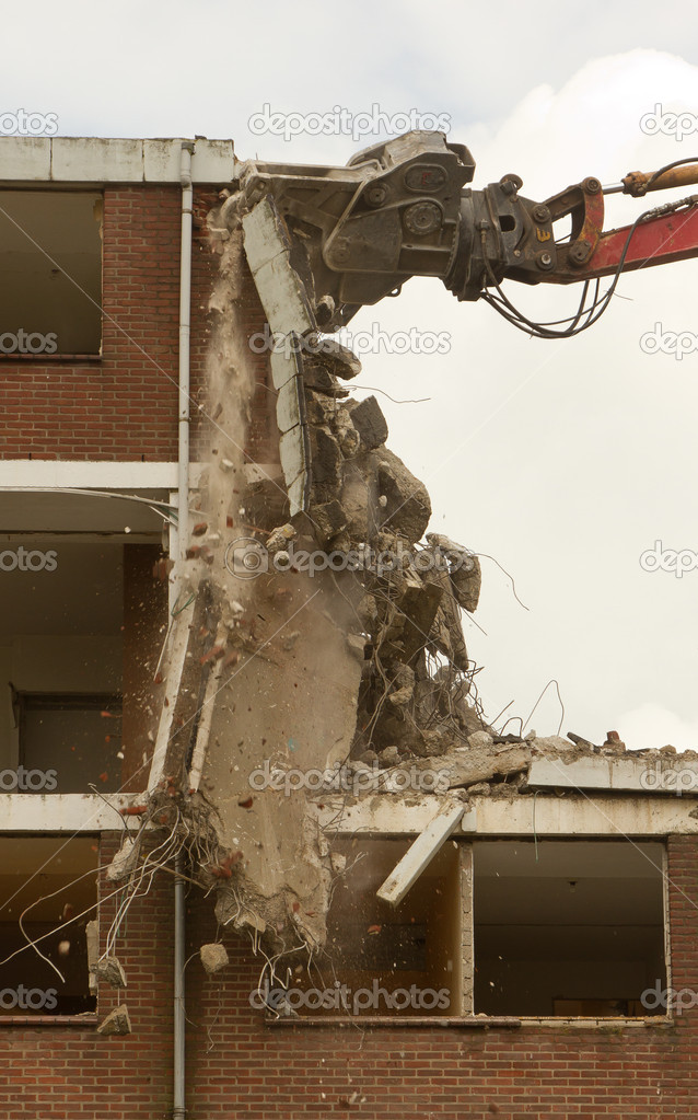 A crane is demolishing a block of flats — Stock Photo #9414490