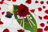 White towels with red rose and black stones — Stock Photo