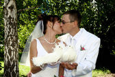 Groom and bride kiss — Stock Photo