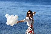 Glad ung kvinna njuter av sommarlovet — Stockfoto