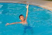 Gelukkig kind in water — Stockfoto