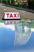 Taxi & Skyscraper Reflection, Hong Kong — Stock Photo