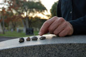 Leaving pebbles on headstone — Zdjęcie stockowe
