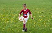 żonglerka piłki nożnej — Zdjęcie stockowe