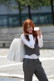 Mujer joven con bolsa y tarjeta de crédito — Foto de Stock