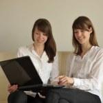 ikiz kız laptop arıyorum — Stok fotoğraf