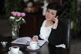 Drukke zakenvrouw met telefoon en agenda — Stockfoto