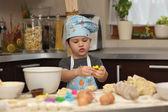 Küçük boy şef pişirme kek — Stok fotoğraf