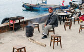 Istanbul. An elderly man warms himself by the fire — Stock Photo