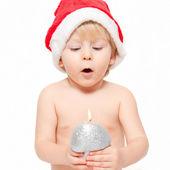 Mały chłopiec dmuchanie na świecy — Zdjęcie stockowe
