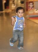 Junge kleinkind runing — Stockfoto