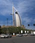 Burj al arabi dalla strada trafficata — Foto Stock