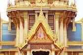 Architectuur van het dak met een mooie gouden kleur. — Stockfoto