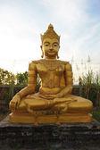 Buddha-statue bei thai-tempel — Stockfoto